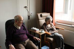 椅子に座る老夫婦