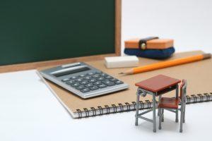 黒板と電卓と机と椅子