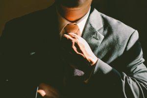 ネクタイを結ぶ人