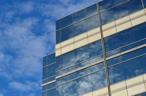 ビルの窓に反射する空