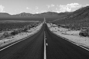 モノクロのまっすぐな道