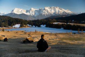 美しい風景を見る男性