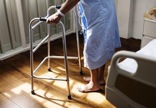 歩行補助器具を使う人
