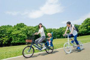 サイクリングをする家族
