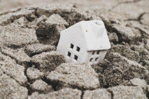 地面に埋もれる家