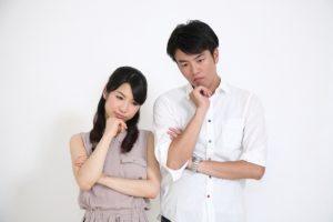 悩む若夫婦