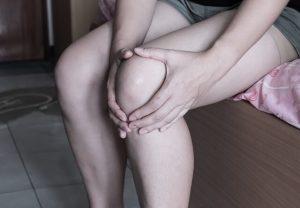 膝を抱える人