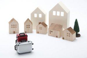木の家とスーツケース