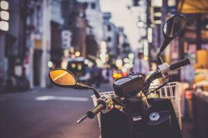 原付バイクと町並み
