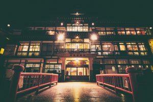 温泉旅館の玄関