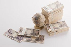 お金と地球儀