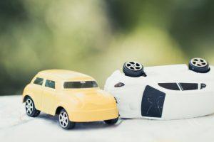 2台の車のおもちゃ