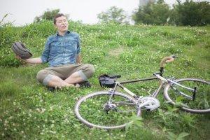 草の上に座る青年