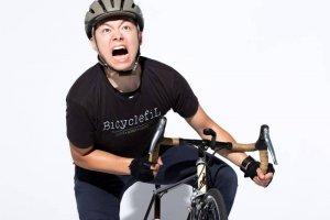 叫びながら自転車に乗る男性