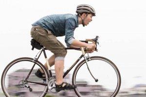 叫びながら自転車に乗る青年