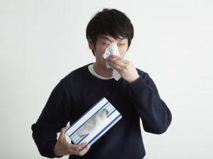 鼻をかむ人
