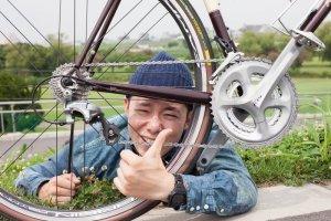 自転車越しの男性