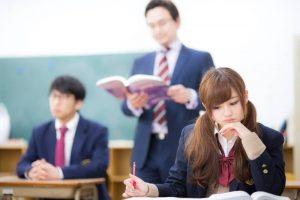 授業を受ける女生徒