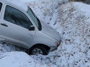 雪に追突する車