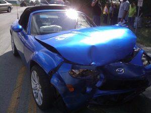 事故を起こした青い車