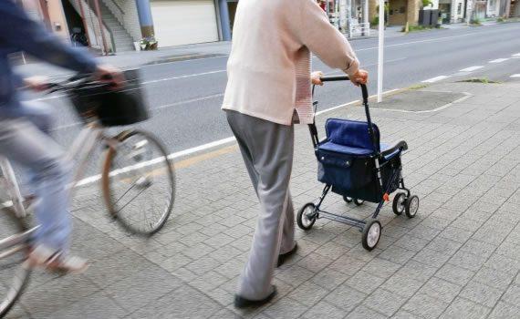 歩道を歩く高齢者