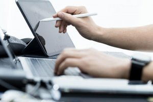 パソコンとタブレットで入力する人