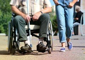 車椅子に乗る人