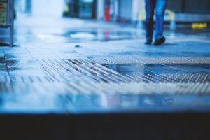 雨で濡れる地面