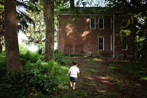 森の中の家と子供