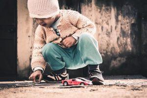 自動車のおもちゃと子供