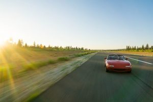 道を走る赤い車