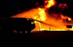 火災現場と消防車