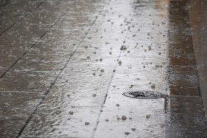 地面に打ち付ける雹