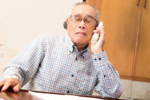 電話で困惑する高齢者