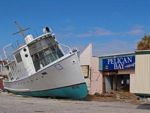 町中に流れ着く漁船