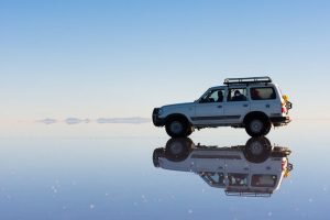 水面に写る車
