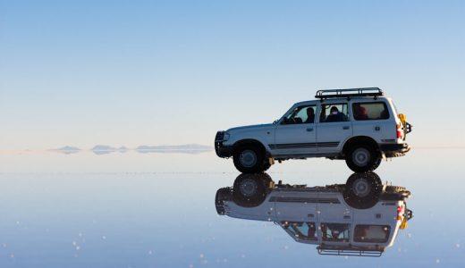 水面の上の自動車