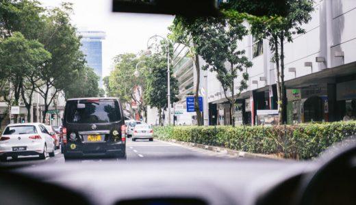 自動車の中から見る街の風景