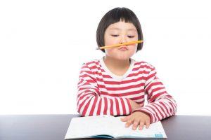 鉛筆を加える少女
