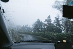雨の中を走る車