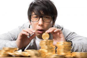 硬貨を見る男性
