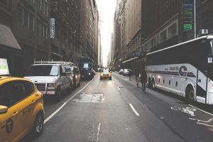 海外の街並みとバス