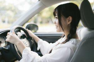 運転席で笑顔の女性