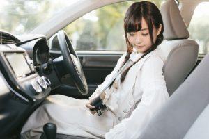 シートベルトを締める女性