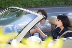 ドライブをする男女