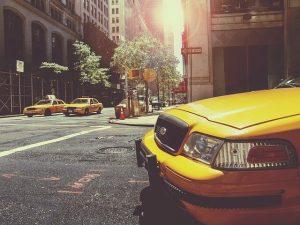 タクシーと交差点