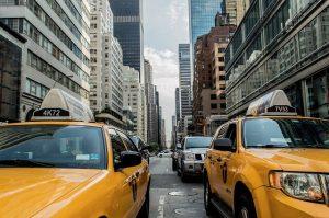 海外の街並みとタクシー