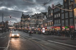 夜の街を走る車