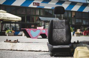 街に落ちている車のシート