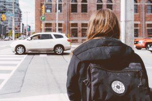 交差点の女性